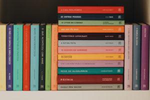 5 dicas criativas para organizar sua estante de livros