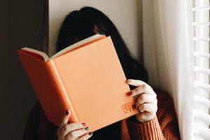 6 personagens literários que amam ler tanto quanto a gente